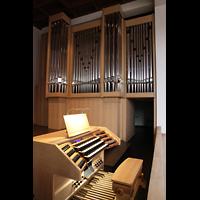 Detmold, Heiig-Kreuz-Kirche, Spieltisch und rechtes Orgelgehäuse