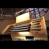 Detmold, Heiig-Kreuz-Kirche, Spieltisch und linkes Orgelgehäuse