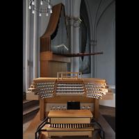 Berlin (Schöneberg), St. Matthias, Spieltisch vor dem Solowerk und dem rechten Orgelraum