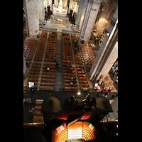 Paris, Basilique du Sacré-Coeur (Hauptorgel), Blick vom Dach der Orgel in die Kirche und auf den Spieltisch