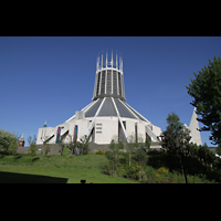 Liverpool, Metropolitan Cathedral of Christ the King, Außenansicht vom Garten aus gesehen