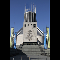 Liverpool, Metropolitan Cathedral of Christ the King, Treppen zur Kathedrale