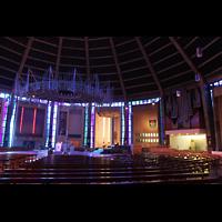 Liverpool, Metropolitan Cathedral of Christ the King, Innenraum mit Orgel und Dornenkrone