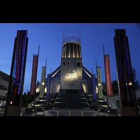Liverpool, Metropolitan Cathedral of Christ the King, Treppen zur Kathedrale bei Nacht