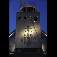 Liverpool, Metropolitan Cathedral of Christ the King, Glockenturm bei Nacht