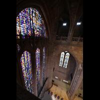 Liverpool, Anglican Cathedral (Hauptorgelanlage), Blick vom Umgang der Obergaden auf das riesige Westfenster
