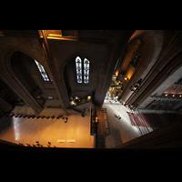 Liverpool, Anglican Cathedral (Hauptorgelanlage), Blick vom Umgang der Obergaden zum Querhaus mit dem Café