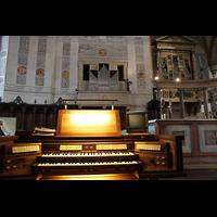 Verona, Cattedrale S. Maria Assunta (Chororgel), Blick vom Spieltisch der Chororgel zur Chororgel und Epistelorgel