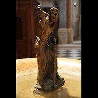 Verona, Cattedrale S. Maria Assunta (Chororgel), Statue auf dem Taufbecken