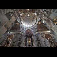 Roma (Rom), Basilica S. Pietro (Petersdom), Vierungsraum mit Baldachin und Blick in die Kuppel
