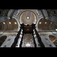 Roma (Rom), Basilica S. Pietro (Petersdom), Baldachin mit Blick ins Qurehausgewölbe und in die Kuppel