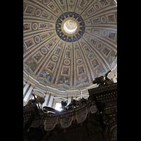 Roma (Rom), Basilica S. Pietro (Petersdom), Blick über den Baldachin in die Kuppel