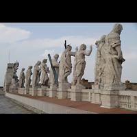 Roma (Rom), Basilica S. Pietro (Petersdom), Figuren auf der Fassade vom Dach aus gesehen