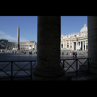 Roma (Rom), Basilica S. Pietro (Petersdom), Blick durch die Kolonnaden auf den Petersplatz und Petersdom