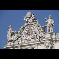 Roma (Rom), Basilica S. Pietro (Petersdom), Uhr und Figuren auf der linken Fassadenseite