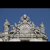 Roma (Rom), Basilica S. Pietro (Petersdom), Uhr und Figuren auf der rechten Fassadenseite