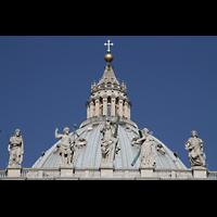 Roma (Rom), Basilica S. Pietro (Petersdom), Figuren auf der Fassade mit Kuppel im Hintergrund