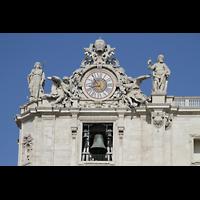Roma (Rom), Basilica S. Pietro (Petersdom), Uhr und Figuren auf der linken Fassadenseite mit Glocken