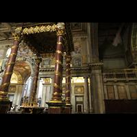 Roma (Rom), Basilica S. Maria Maggiore, Blick zum Baldachin und linken Orgelraum