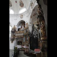 Muri, Klosterkirche (Chorpositiv), Gitter vor dem Chorraum mit Blick zur Evangelienorgel
