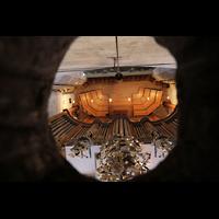 Bern, Münster St. Vinzenz (Forschungsorgel), Blick durch ein Loch im Gewölbe auf die Orgelempore