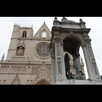 Lyon, Cathédrale Saint-Jean (Chororgel), Fassade und Skulptur auf dem Kathedralplatz