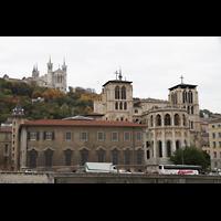 Lyon, Cathédrale Saint-Jean (Chororgel), Blick vom Ufer der Saône zur Kathedrale und zu Notre-Dame de Fourvière