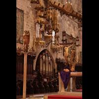 Palma de Mallorca, Catedral La Seu, Chororgel, Chorgestühl und Figurenschmuck im Chorraum