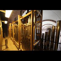 Speyer, Kaiser- und Mariendom, Pfeifen des Solowerks auf dem Dach der Orgel, links das Schwellwerk, aus dem Laufboden kommend die Becher der Tuba 16' des Hauptwerks