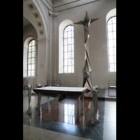 Schramberg (Schwarzwald), St. Maria, Altar und modernes Kreuz