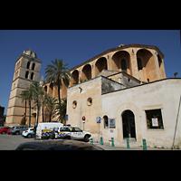 Muro (Mallorca), Sant Joan Baptiste, Außenansicht auf Chor, Seitenschiff und Turm