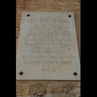 Petra (Mallorca), Sant Pere, Gedenkstein zum Kirchenbaubeginn 1713