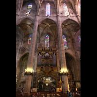 Palma de Mallorca, Catedral La Seu, Orgel mit bunden Glasfenstern im nördlichen Seitenschiff