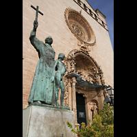 Palma de Mallorca, Convento Sant Francesc, Statue auf dem Plaça de Sant Francesc mit der Kirche im Hintergrund
