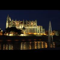 Palma de Mallorca, Catedral La Seu, Außenansicht vom Parc de la Mar in der Dämmerung