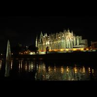 Palma de Mallorca, Catedral La Seu, Außenansicht vom Parc de la Mar in der Nacht