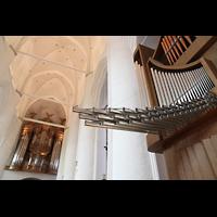 Hamburg, St. Katharinen (Chororgel), Spanische Trompeten der Chororgel mit Hauptorgel im Hintergrund