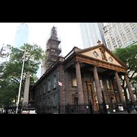 New York (NY), St. Paul's Chapel (Trinity Parish), Außenansicht, links hinten der Freedom Tower