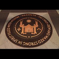 New York (NY), Episcopal Cathedral of St. John the Divine, Bronzeemblem im Marmorboden im Hauptschiff