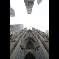New York (NY), St. Patrick's Cathedral, Fassade, im Hintergrund das Rockefeller Center