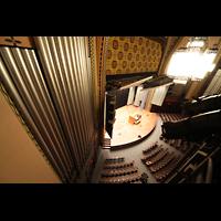 Philadelphia (PA), Irvine Auditorium (''Curtis Organ''), Blick vom Great/Swell-Level auf die Bühne; links: Prospektpfeifen des Stage-Right-Pedal