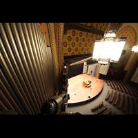 Philadelphia (PA), Irvine Auditorium (''Curtis Organ''), Blick vom Great/Swell-Level auf die Bühne und die gegenüberliegende Orgelkammer