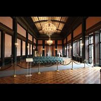 Kennett Square (PA), Longwood Gardens - Ballroom, Ballroom - die Orgel steht hinter den linken hauchdünnen Stoffverkleidungen