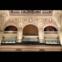 Philadelphia (PA), Macy's (''Wanamaker'') Store, Oberste Orgeletage - Chinese Gong (links), Ethereal-Prospektpfeifen (Mitte) und Tuba magna (rechts) mit Deagan Tower Chimes