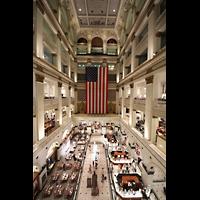 Philadelphia (PA), Macy's (''Wanamaker'') Store, Grand Court mit Orgel (leider von USA-Flagge verdeckt)