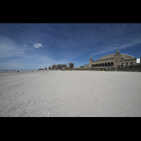 Atlantic City (NJ), Boardwalk Hall (''Convention Hall''), Boardwalk Hall mit Strand