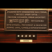 Atlantic City (NJ), Boardwalk Hall (''Convention Hall''), Firmenschild von Midmer-Losh, den Erbauern, am Spieltisch
