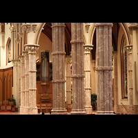 Chicago (IL), Cathedral of the Holy Name (Hauptorgel), Blick durch die Pfeiler zurChororgel