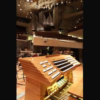 Berlin (Tiergarten), Philharmonie, Neuer fahrbarer Generalspieltisch mit Blick zur Orgel