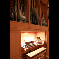 Bamberg, Konzert- und Kongresshalle, Spieltisch und Prospekt-Trompeten des Bombardewerks
